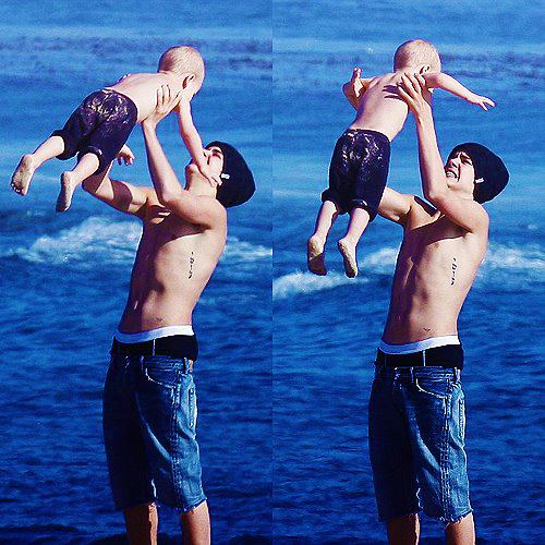 Justin Bieber: Justin Bieber Shirt less at the Beach with Lil Bro ...