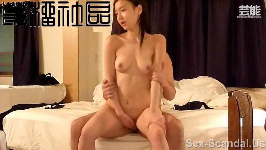 krasotka-rizhaya-masturbiruet
