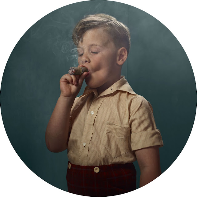 Frieke Janssen, Smoking Kids - Dreng suger på stor cigar