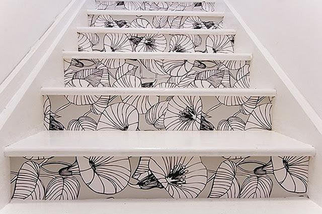 Pasos decorados escalones con papel pintado blanco y negro