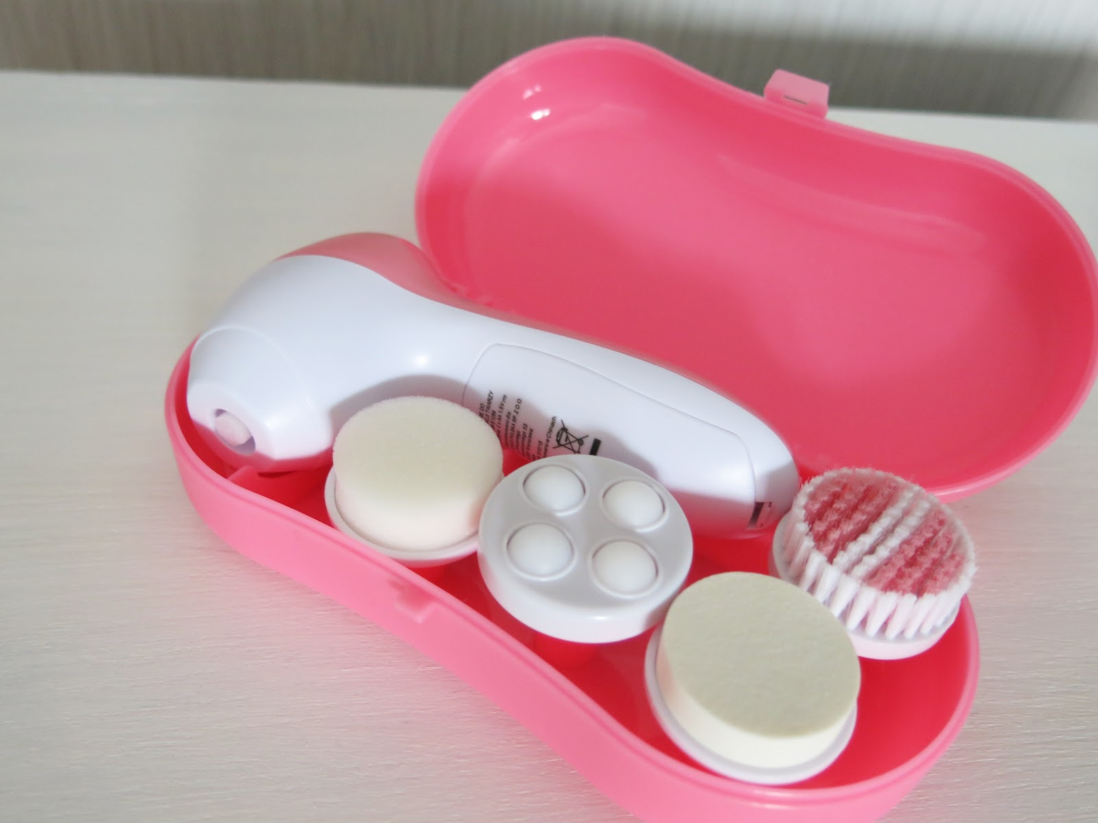 Elektryczna szczoteczka do pielęgnacji twarzy.