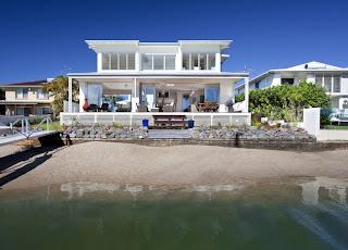 casa con fachada frente al mar