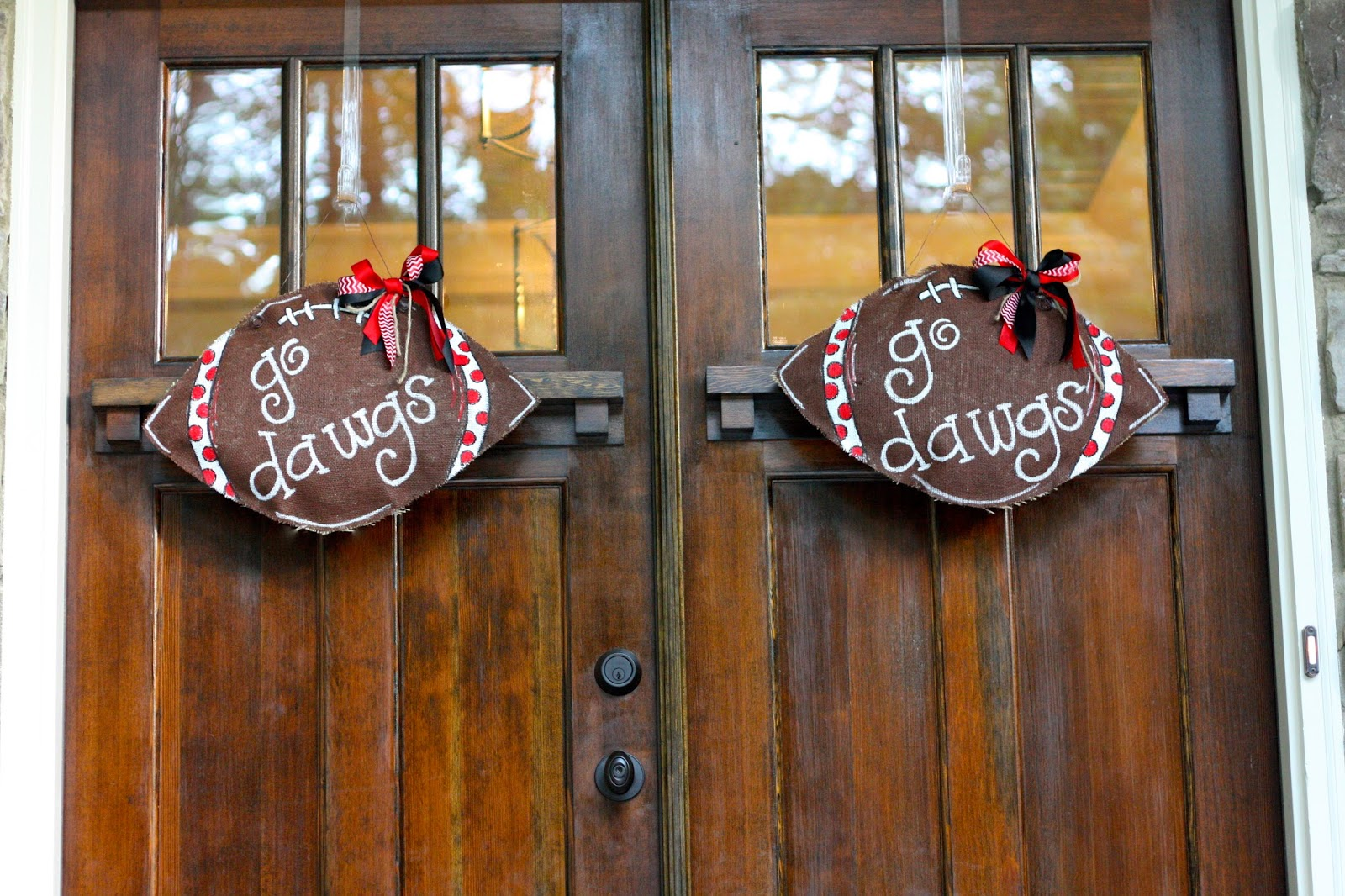 I had seen similar door hangers for just about every holiday or occasion in gift shops and I just knew I could do something very similar myself. & Magnolia Mamas : Football Burlap Door Hanger Tutorial + Giveaway