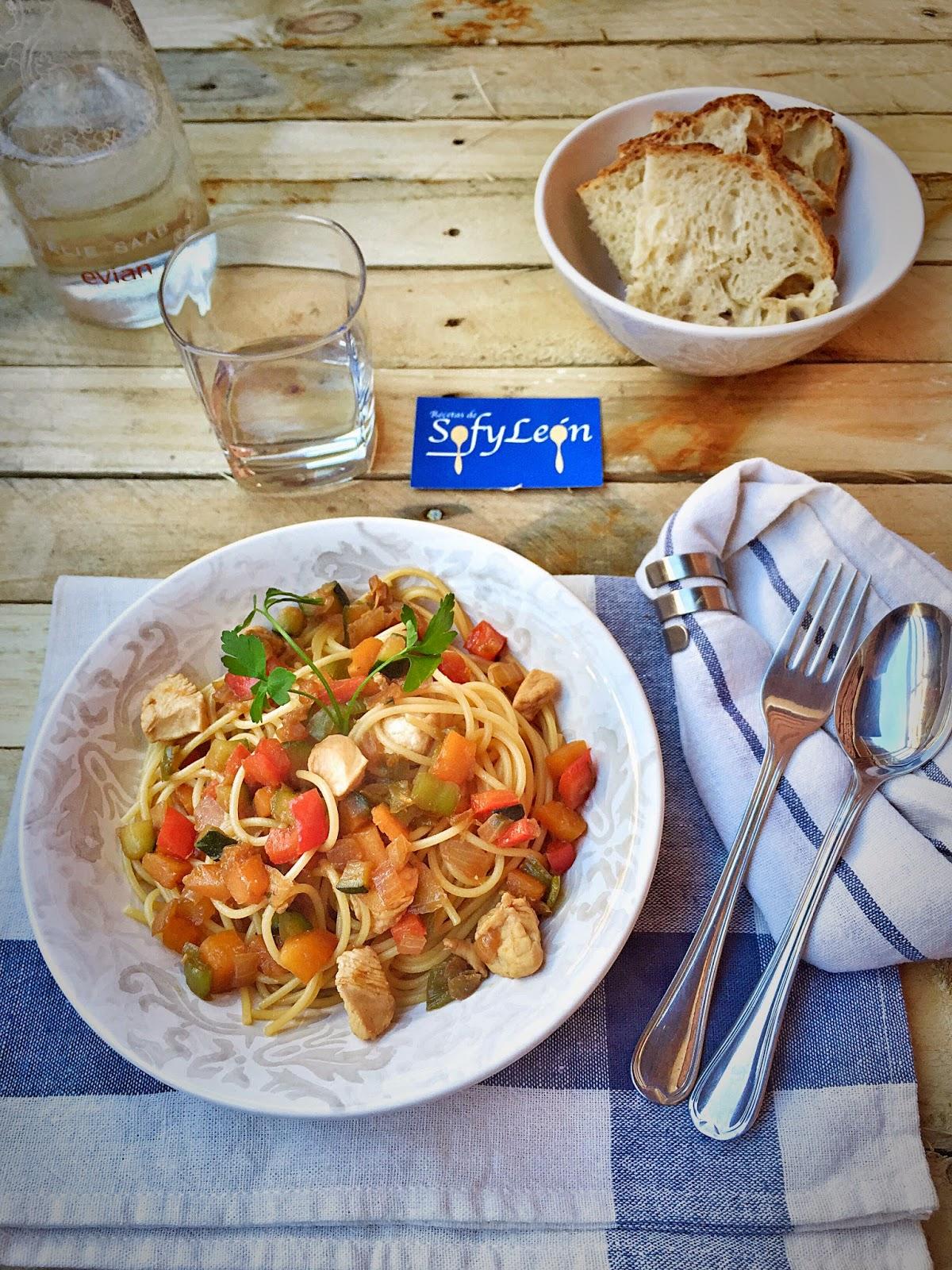 Receta de espaguetis con verduras y salsa de soja.