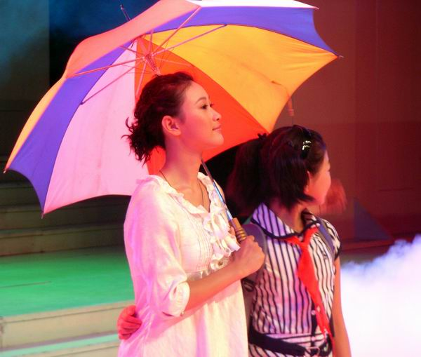 你雨中的花折伞有人给你打 (nǐ yǔ zhōng dí huā zhé sǎn yǒu​ rén gěi nǐ dǎ) - When it rains, somebody opens your flowery umbrella<br>这个人就是娘, 这个人就是妈 (à zhè gè ​rén jiù​ shì niáng, à zhè gè ​rén jiù​ shì mā) - That person is your mother, this person is your mother