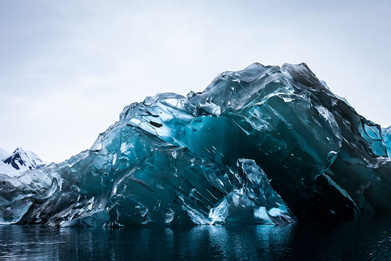 Un raro Iceberg volteado en la Antártida fotografiado por Alex Cornell