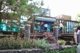 http://vilaistanabungavilage.blogspot.com/2014/10/villa-pinus-di-istana-bunga-lembang.html