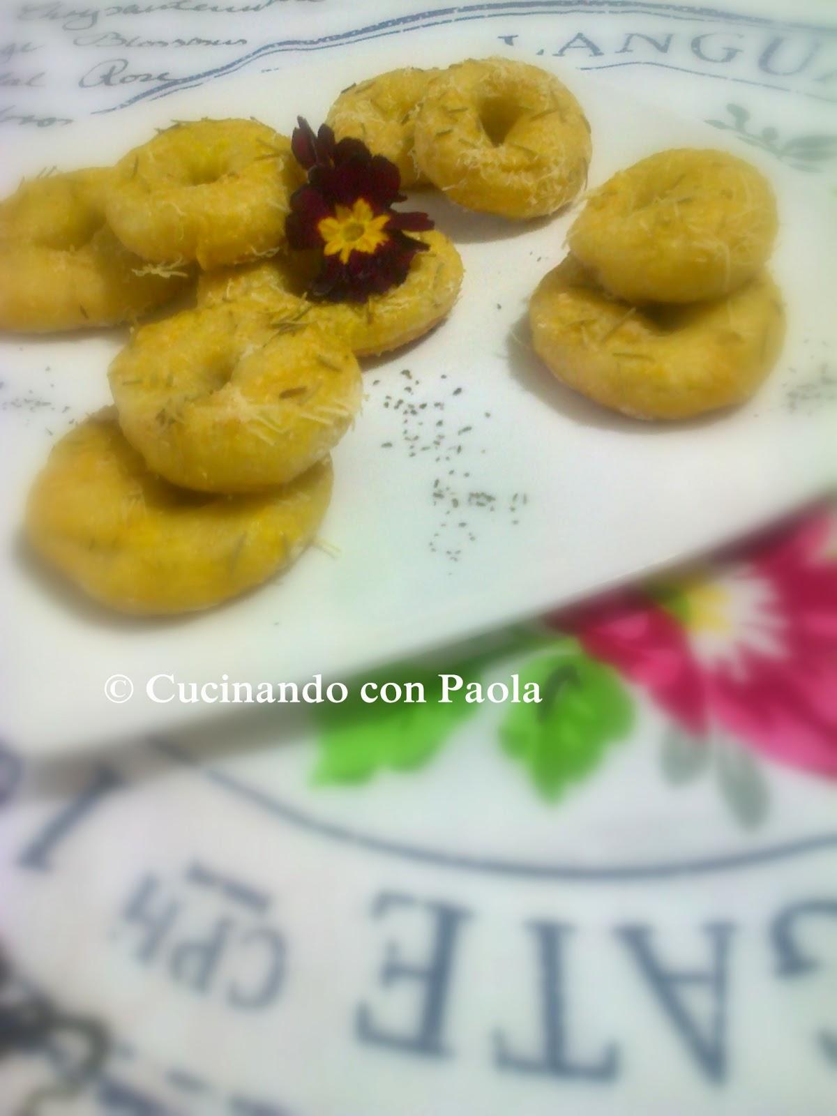 ciambelle di patate con parmigiano e rosmarino