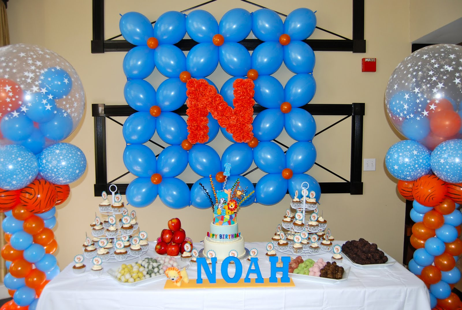 Noah 39 s safari themed 1st birthday party balloon decor for Balloon decoration for birthday at home