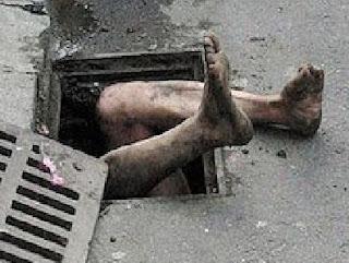 بالصور صيني يرفض الخروج من قناة المجاري ويعتبرها بيته !!!