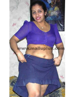 Tamil Aunty looks Hot and Spicy in Red Colour Saree. Tamil Aunty ...