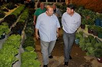 Vice-prefeito Márcio Catão e prefeito Arlei visitam a exposição de produtos agrícolas
