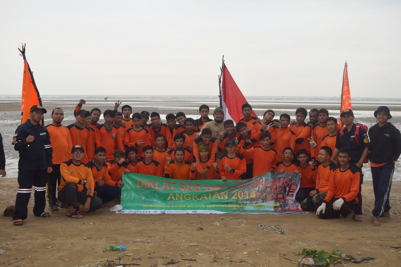 Para peserta dan panitia Diklat foto bersama dalam salah satu momen