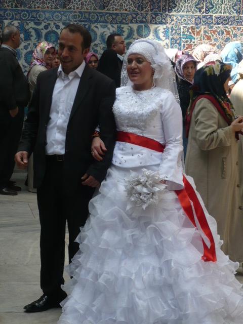 En ningún caso la boda o el oficio se celebra en la mezquita, la validez de la boda se hace ante notario con testigos en un juzgado o sitio habilitado.