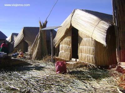 Casas de totora sobre isla flotante en el Titicaca