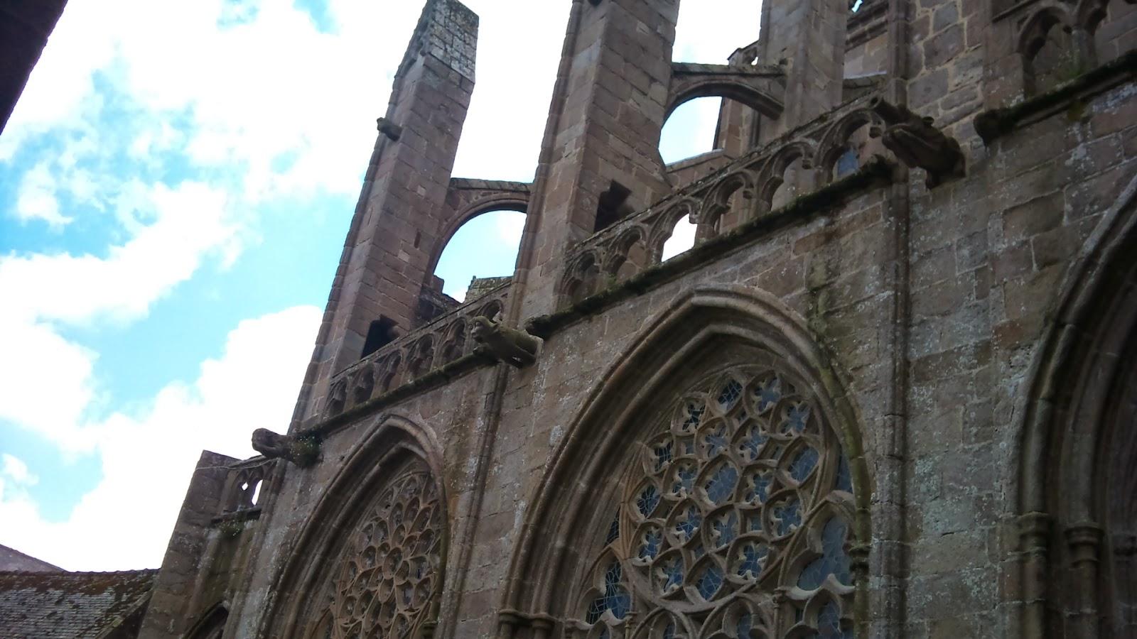 facade extérieure abbaye: vitraux de l'abbaye et gargouilles
