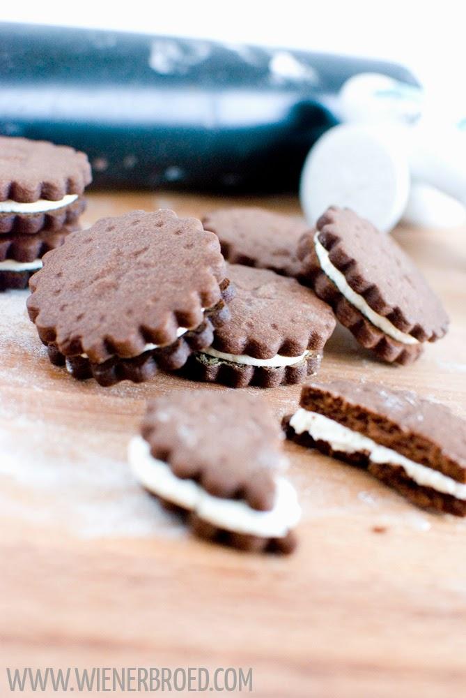 Schokokekse mit Vanillecreme, quasi selbstgemachte Oreos, Schokoladen-Doppelkekse mit Vanille-Buttercreme / Double chocolate cookies with vanilla cream filling [wienerbroed.com]
