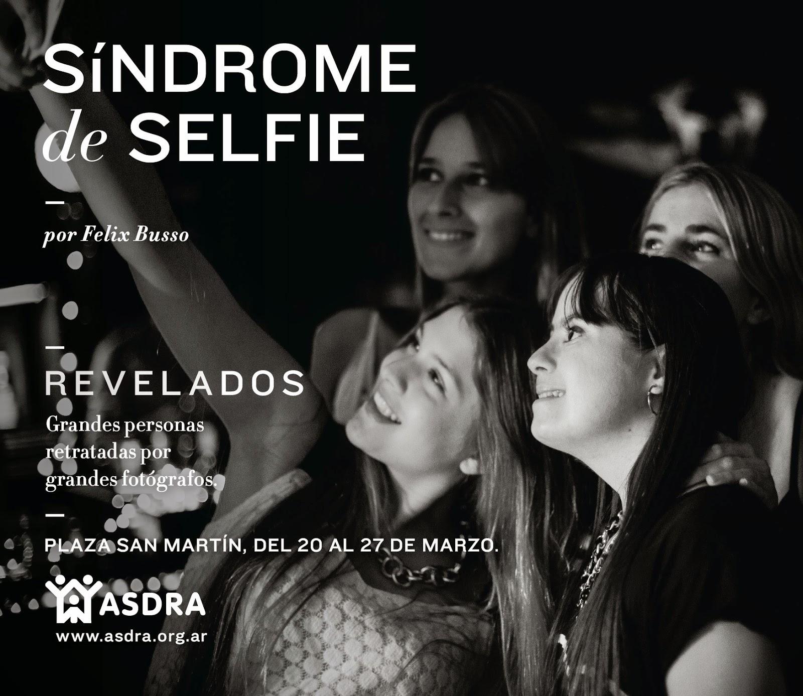 """La imagen es de un grupo de cuatro chicas tomandose una foto estilo """"selfie"""" una de ellas tiene Síndrome de Down. En sobre impreso el título de la foto y datos de la campaña."""