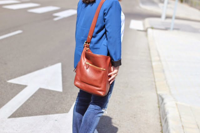 photo-look-street_style-blue_blazer-ripped_jeans-zara-coach_bag_caramel