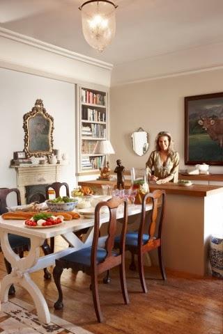 Biały drewniany stół, otwarta przestrzeń jadalni, rzeźbione i eleganckie krzesła