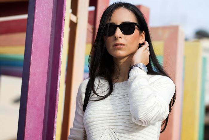 Bloguera de moda en Valencia con jersey blanco Nueva Colección y Falda Lápiz de cuero de Zara