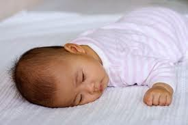 gambar bayi tidur tengkurap