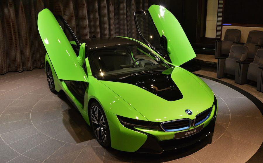 BMWらしくない!ライムグリーンカラーのBMW i8をアブダビで公開