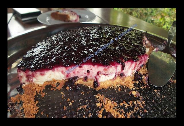 TORTA DE CREAM CHEESE COM GELEIA DE AMORAS; Cheesecake; torta; sobremesa com cream cheese; massa de biscoito para torta; receita de liquidificador; receita com leite condensado; receita com geleia caseira; receita com gelatina
