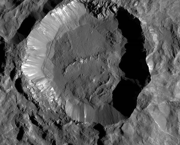 Extrañas manchas blancas en el planeta enano Ceres