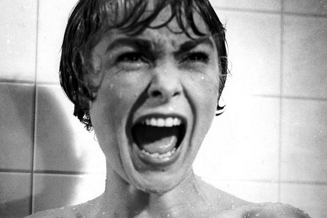 Fotograma de la película de Psicosis. Muestra a una mujer que grita en la ducha.