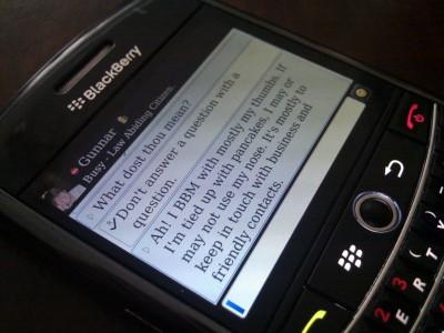 La mensajería instantánea en el móvil, en poco tiempo, ha revolucionado la forma que tenemos de comunicarnos. Sólo tenemos que ver la cantidad de usuarios que tiene WhatsApp o que, en su versión móvil, Google+ incluye también mensajería instantánea, sin embargo, hay otro ejemplo que puede mostrarnos esta tendencia al abandono del SMS y su sustitución por la mensajería instantánea, hablamos de BlackBerry Messenger. BlackBerry Messenger es un servicio que ha sido todo un impulso para las ventas de los terminales de RIM y que ha logrado que los terminales BlackBerry traspasen el terreno profesional y accedan al sector del