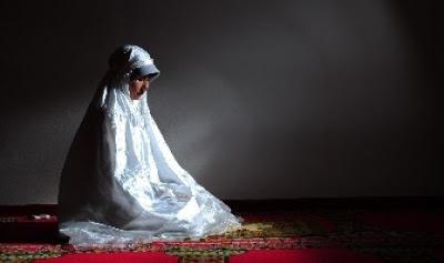 muslimah shalat ilustrasi  120613211348 757 SYAIR ARAB : CINTA DUNIA DAN MEMBUANG WAKTU (BAGIAN 2)