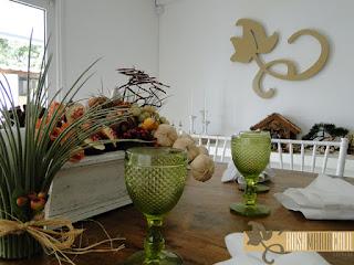 atelier Rosa Maria Calil, arranjo flores secas, galhos, folhagem, passarinhos, taça bico de jaca verde, mesa madeira demolição, presépio
