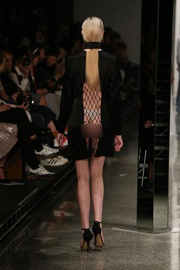 Váy lưới không có lớp lót khiến người mẫu để lộ gần như toàn bộ cơ thể. Thậm chí, nhiều người còn để ngực trần.