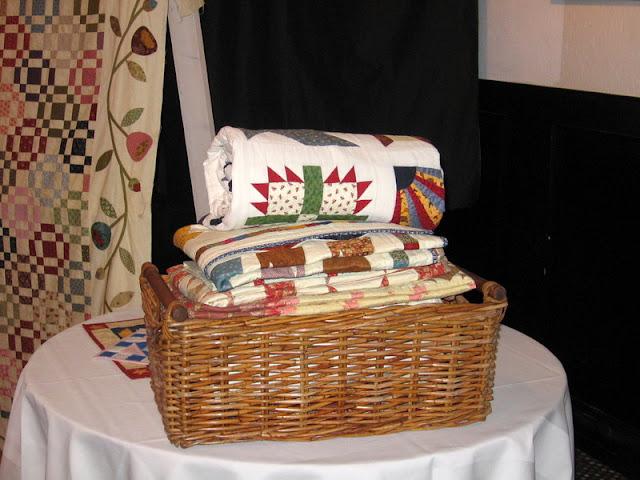 Er staat een mand vol quilts klaar