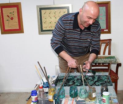 Мастер Фатих демонстрирует этапы создания произведения в технике Эбру.