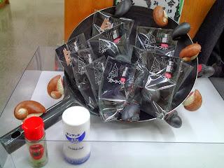 鉄鍋で作るスケーリーフット炒め。 備え付けのお塩とおコショーを振ってレジへ。