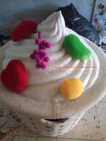 bentuk kerucut ice cream dipadu buah buahan pada kostum maskot sangat indah