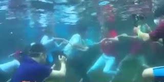 tarik tambang underwater