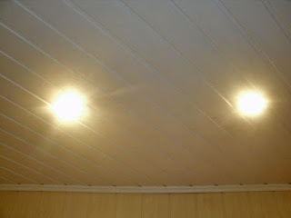 В потолках встроенные светильники фото