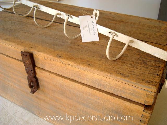 baul vintage de madera gris y perchero nordico