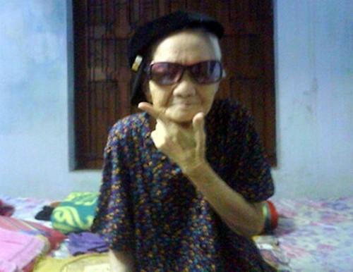Cụ bà mang kính râm ăn chơi