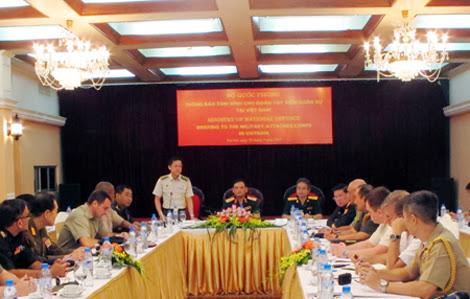 Quang cảnh buổi thông báo tình hình cho  tùy viên quốc phòng, tùy viên quân sự các nước tại Việt Nam.