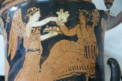 Ο κρατήρας με το «αιώνιο συμπόσιο» του Διονύσου και της Νίκης στο ΕΑΜ