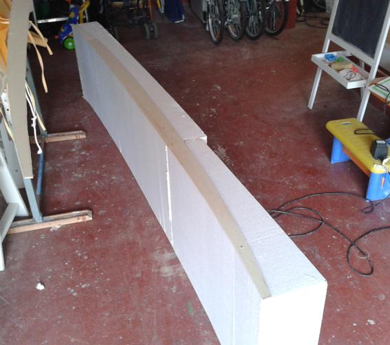cuando tenemos el bloque de eps con las medidas cortamos dos almas de madera con el roquer que queremos un poco ms ancho y las ponemos en los laterales
