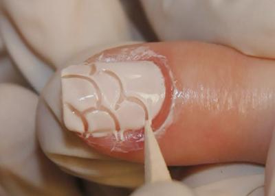 desenhos irregulares sobre as unhas