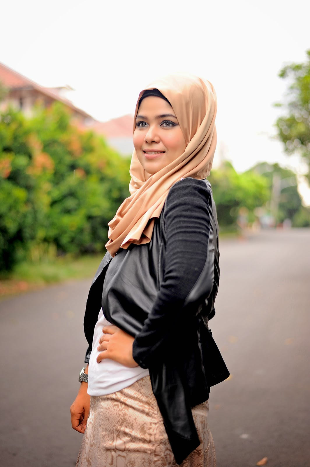Leather jacket hijab -  Leather Jacket And White T Shirt For My Hijab Im Wearing A Soft Gold Satin Shawl From Nonizakiah Scarf Here My Look Hope You All Like It