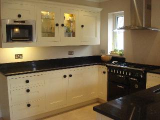 Pequena cozinha planejada com móveis
