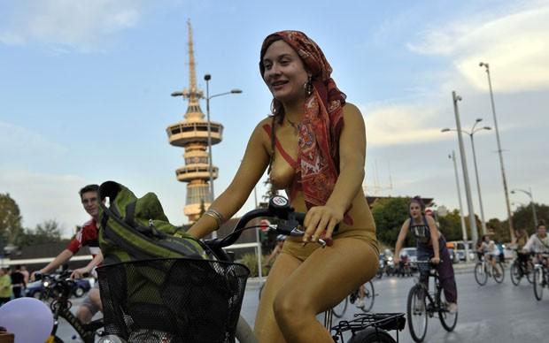 Ciclistas seminuas participam de pedalada na Grécia