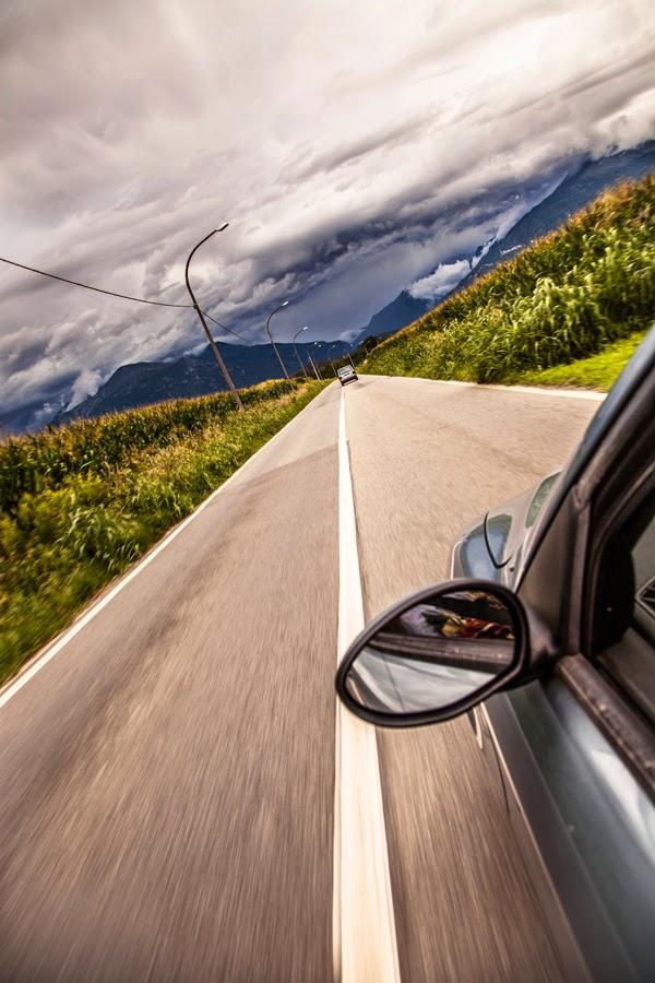 Foto artística de un coche en la carretera.